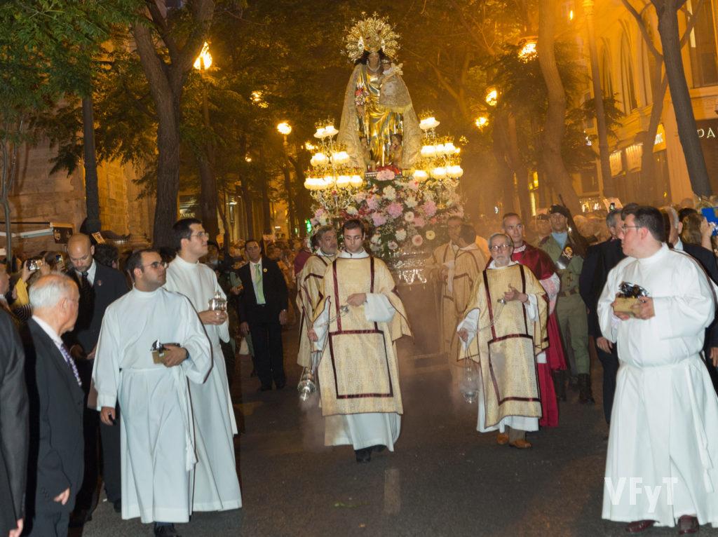 La Virgen de los Desamparados en procesión a su paso por la parroquia de San Martín en la calle de San Vicente Mártir. Foto de Manolo Guallart.