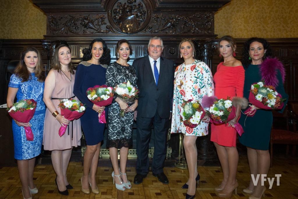 Mónica Duart, Enric Esteve (centre) i la Cort D' Amor de la Regina dels Jocs Florals el día de la Demanà. Foto de Manolo Guallart.