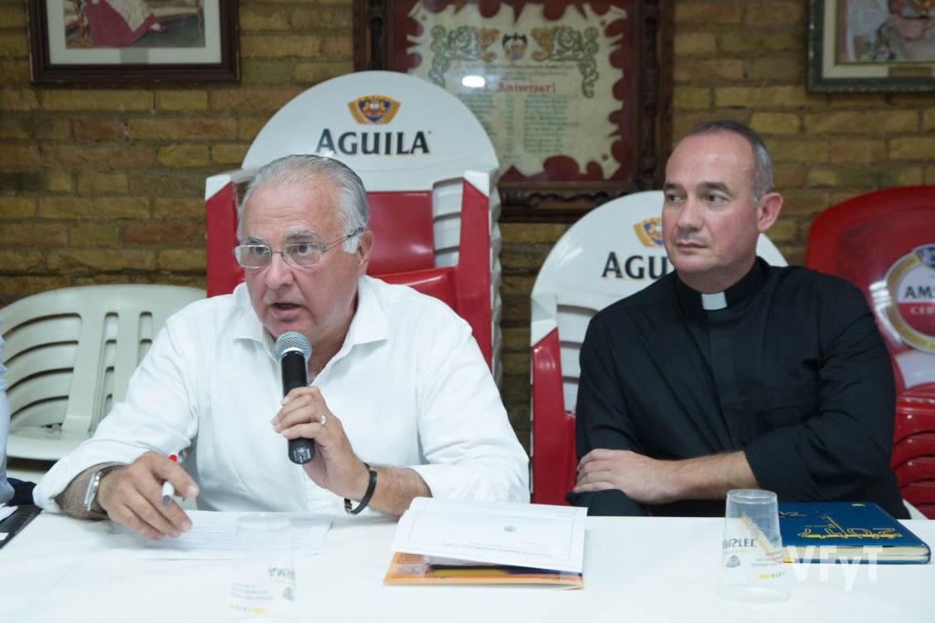 Francisco Esteve en una asamblea de Amics del Corpus, acompañado de Álvaro Almenar, consiliario de la asociación