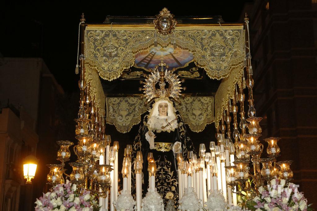 La Virgen de los Dolores Del Grao en su palio durante el Santo Entierro de la Semana Santa Marinera de 2018. Foto de Manolo Guallart.