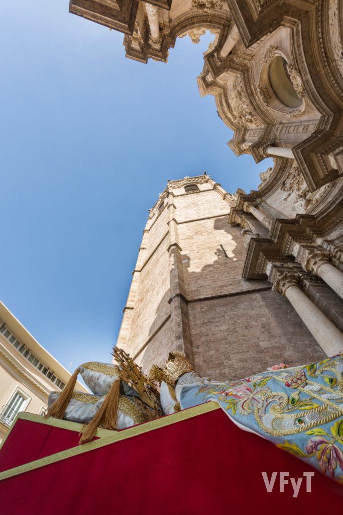 La 'Dormición de la Virgen' en la puerta de los Hieeros de la Catedral de Valencia. Foto de Manolo Guallart.