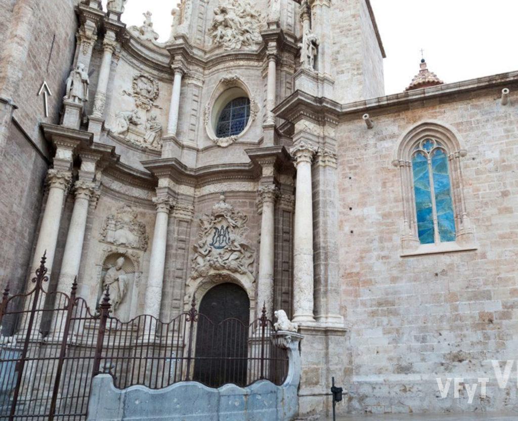 El alineamiento solar de la Catedral de Valencia se produce en la Fiesta de la Asución de la Virgen por una ventana que indica la flecha. Foto de Manolo Guallart.