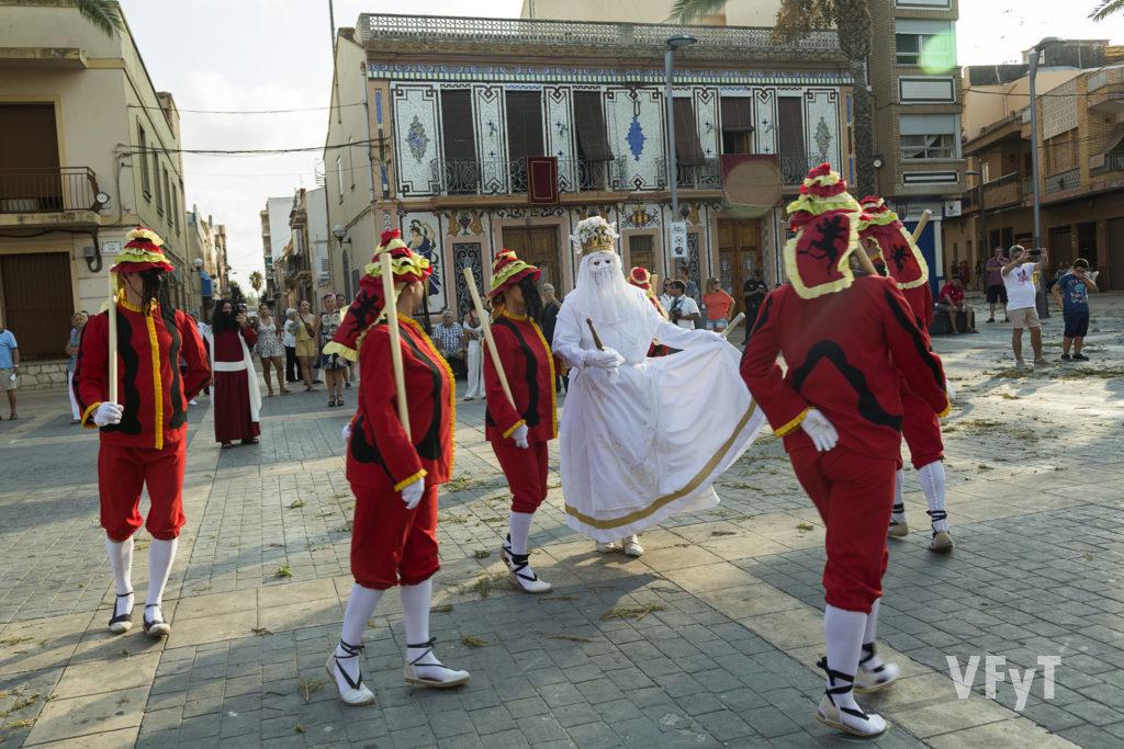 Danza de 'La Moma' en el Corpus de Almàssera.Foto de Manolo Guallart.