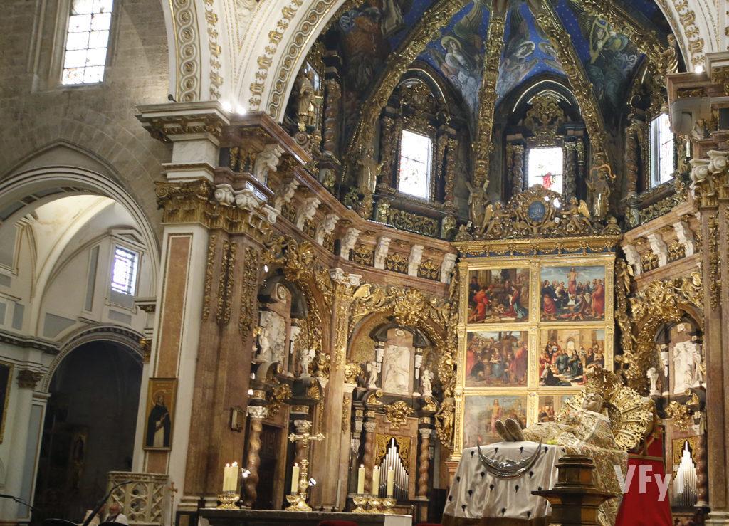 La imagen de la Dormición de la Virgen, esta mañana en el presbiterio de la Catedral de Valencia en los momentos previos a la misa.