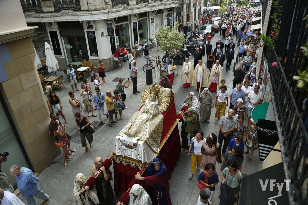 La procesión de la Asunción de María a su paso por la calle del Mar de Valencia. Foto de Manolo Guallart.