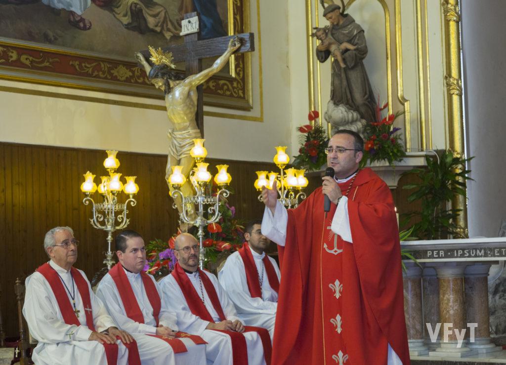 El párroco del Cristo de la Fe (La Cañada), Diego Pascual, en la eucaristía. Foto de Manolo Guallart.