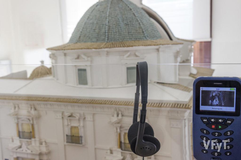 Réplica a escala de la Basílica de la Virgen de los Desamparados el el MUMA (Museo Mariano). Las explicaciones pueden ser escuchadas por medio de una audio guía. Foto de Manolo Guallart.