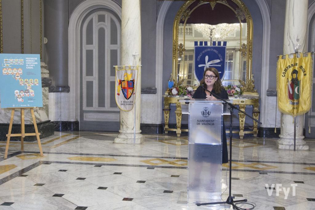 Virginia Lorente explica su cartel en el Pregón de Moros y Cristianos. Foto de Manolo Guallart.