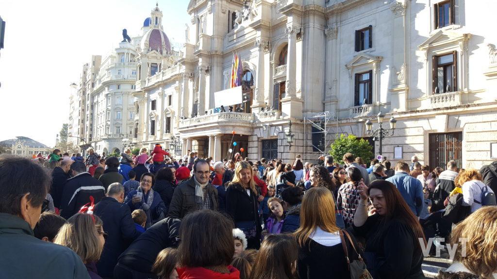 Campanadas infantiles en la plaza del Ayuntamiento de Valencia. Foto de Félix Perona.