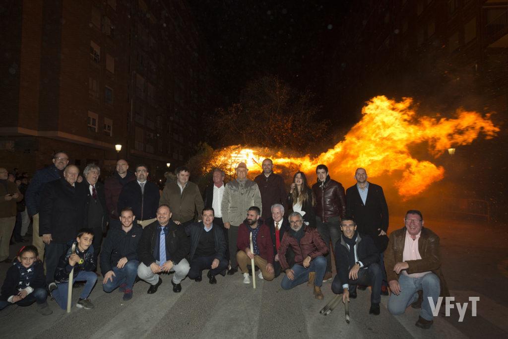 Miembros de la Hermandad de San Antonio Abad en la hoguera de la víspera de la fiesta con el concejal de Cultura festiva Pere Fuset. Foto de Manolo Guallart.