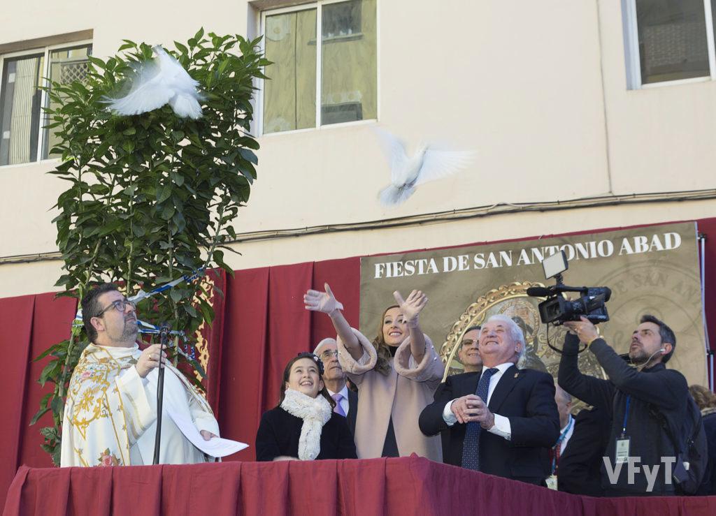 El párroco de San Antonio Abad observa a Rocío Gil, Fallera Mayor de Valencia 2018, en la suelta de palomas previa a la bendición de animales. Foto de Manolo Guallart.