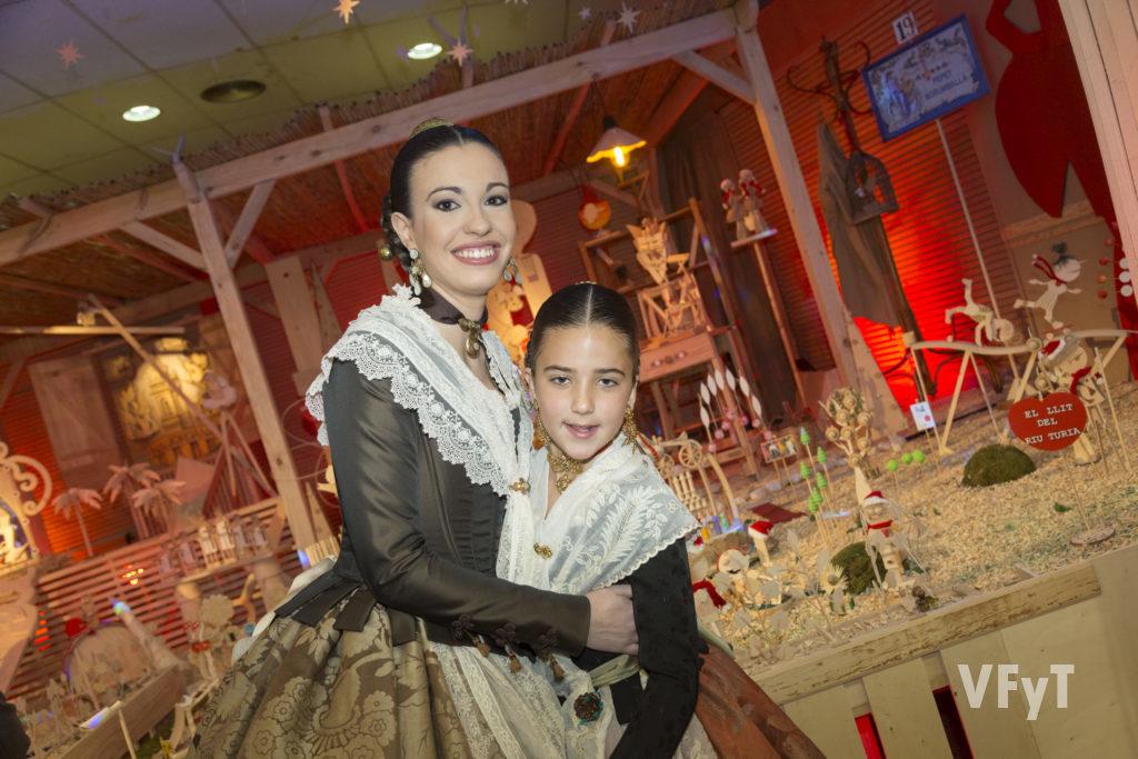 Diana Rey y Claudia Guillén, Falleras Mayores de Na Jordana, en la inauguración del Belén. Foto de Manolo Guallart.