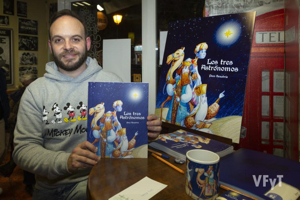 El artista Paco Sanabria con su nueva publicación 'Los tres Astrónomos'. Foto de Manolo Guallart.