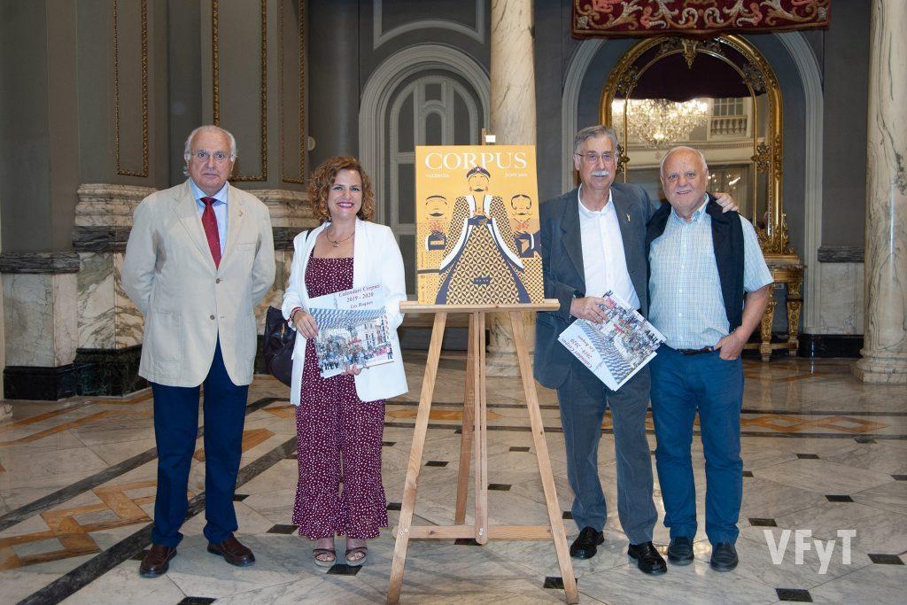 El artista Pedro Molero, con el presidente de Amics del Corpus Francisco Esteve, la concejala Pilar Bernabé y el historiador Rafael Solaz