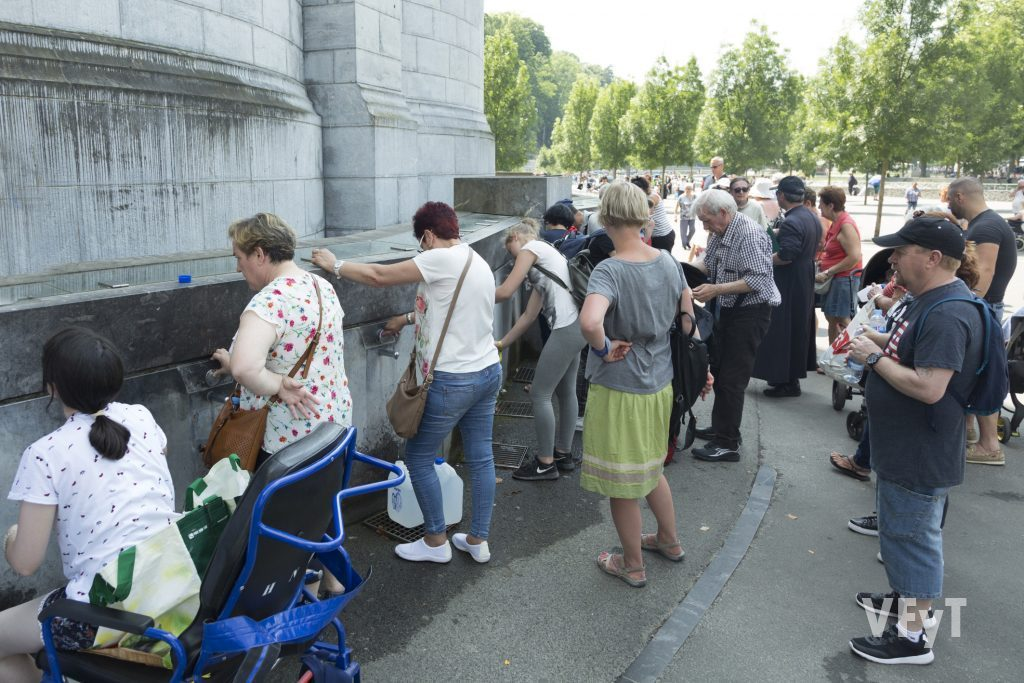 Peregrinos llenando agua en las fuentes de Lourdes