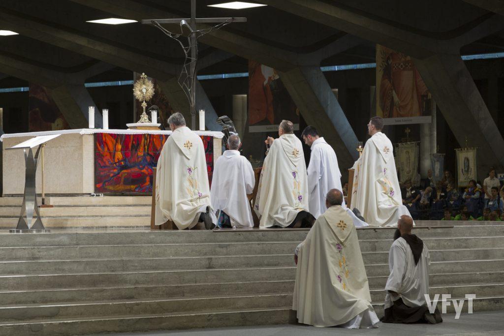 Adoración eucarística en la Procesión del Santísimo.