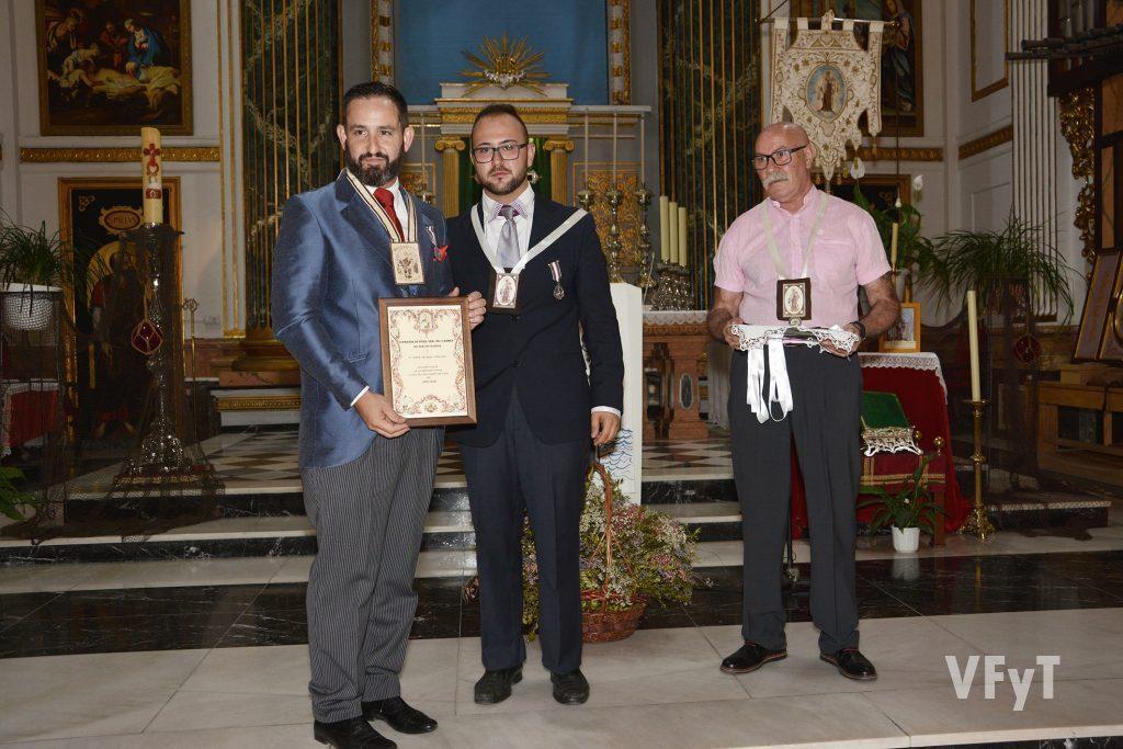 Jorge Segarra (izda) recibe su nombramiento como Clavario Mayor de la Virgen del Carmen de manos del presidente de la Cofradía, Ramón Espí.