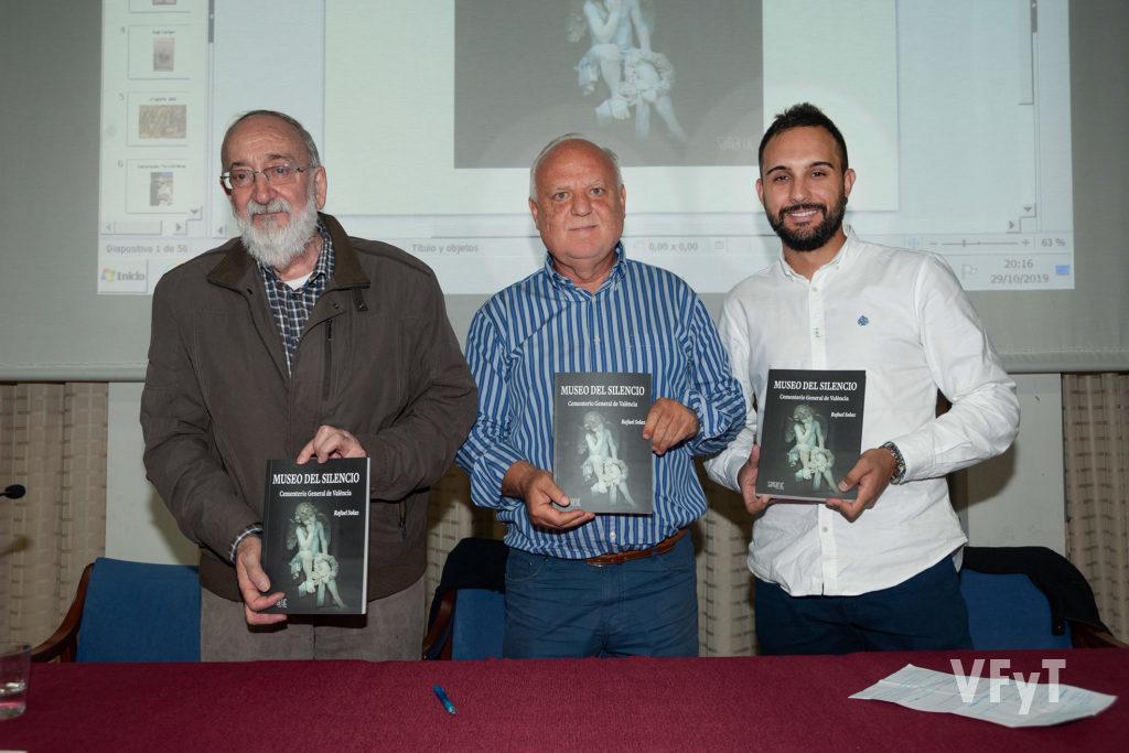 """Marcos Zacarés (editorial Samaruc), Rafael Solaz (autor) y Alejandro Ramón (concejal de Cementerios) con el libro """"el Museo del Silencio)"""