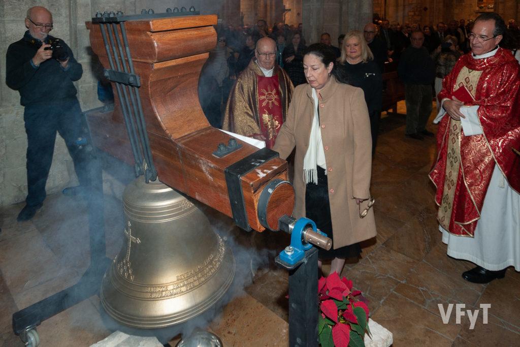 Toque de campana con 'El Peret' de Mª Carmen Feliu, presidenta de Mestres Campaners, tras la bendición. Foto: Juan Manuel Ramón.