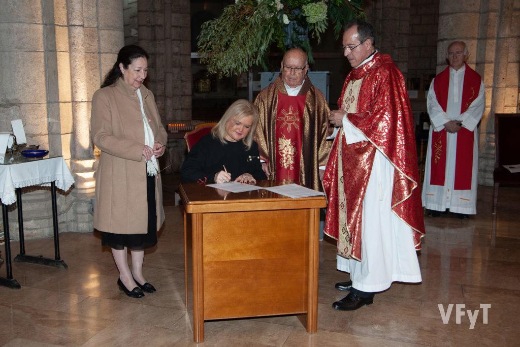 Firma de la madrina, Carmen de Rosa. Foto: Juan Manuel Ramón.