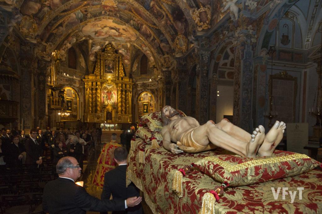 Juan Antonio Barberá, Presidente de la Cofradía, acompaña al Cristo del Fossar en su entrada en San Nicolás al final de la procesión. Foto: manolo Guallart.